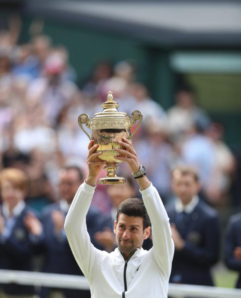 Ο Νόβακ Τζόκοβιτς σηκώνει το τρόπαιο με υπερηφάνεια / Φωτογραφία: Twitter_Wimbledon