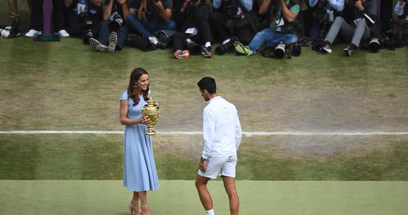 Η Κέιτ Μίντλετον απονέμει στον Νόβακ Τζόκοβιτς το τρόπαιο / Φωτογραφία: Twitter_Wimbledon