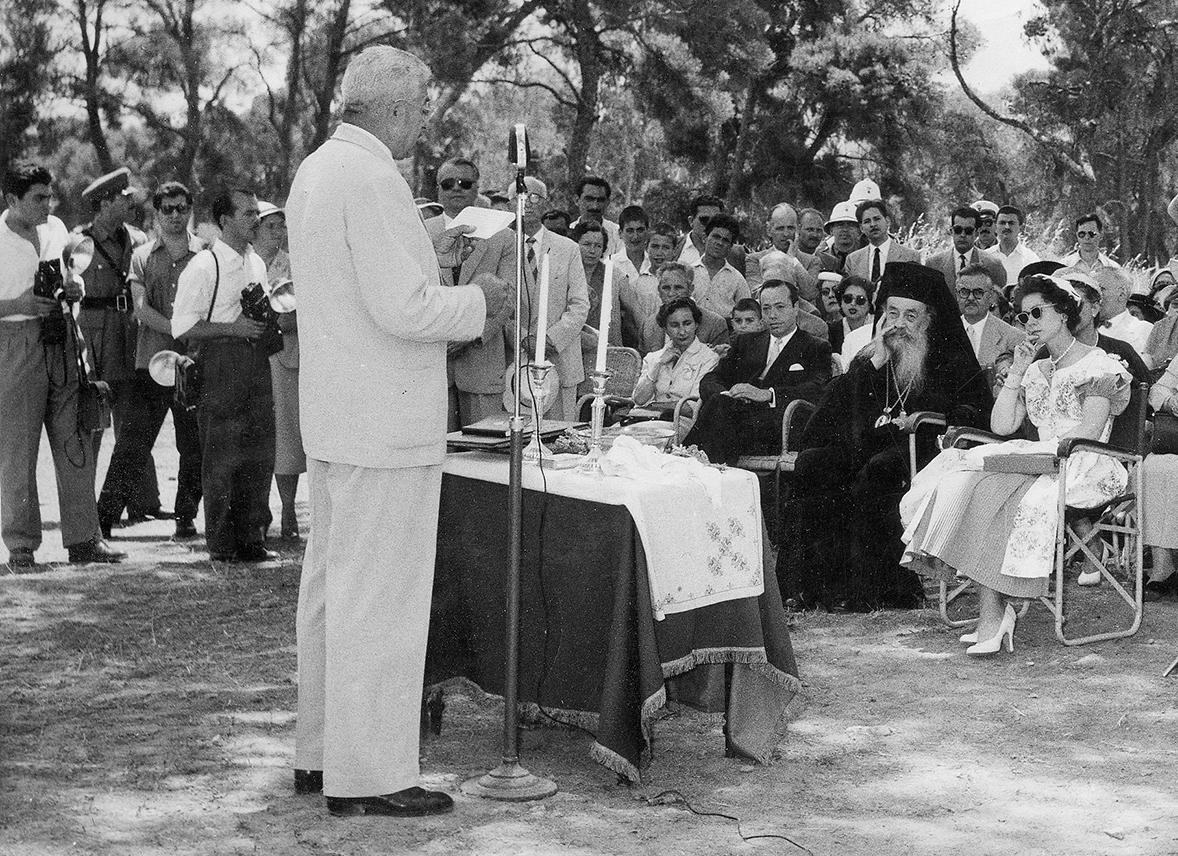 Ο Τζων Βορρές εκφωνεί λόγο ως Δήμαρχος, πιθανώς το 1957. Τον παρακολουθεί (καθήμενη στην πρώτη σειρά με τα λευκά) η Βασίλισσα Φρειδερίκη.