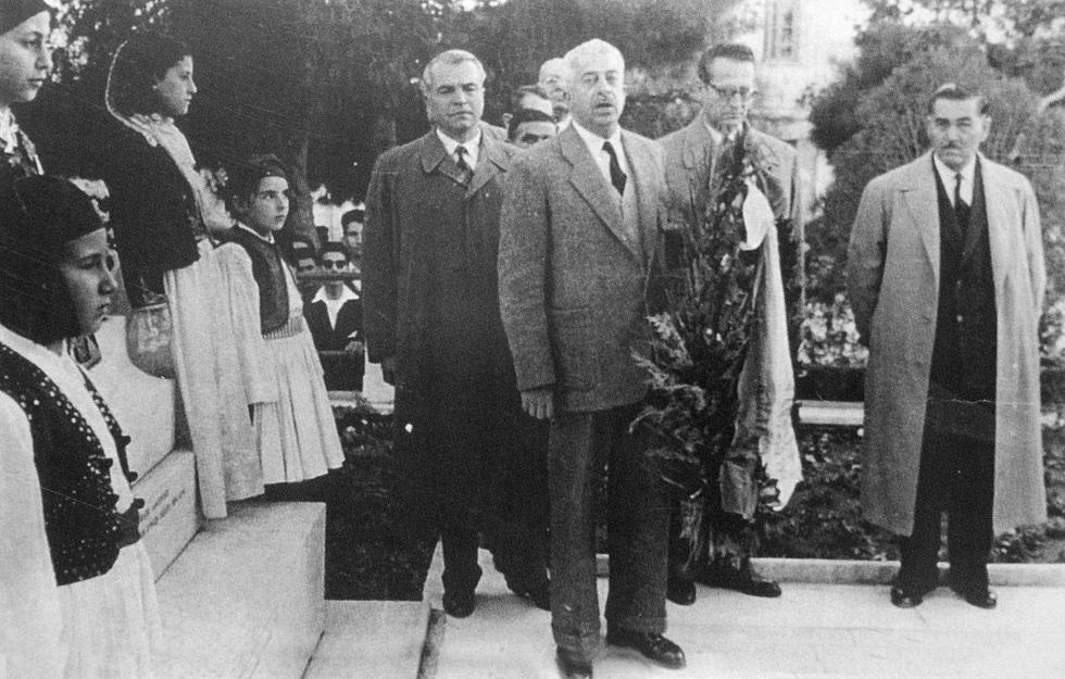 Ο Τζων Βορρές ως Δήμαρχος, καταθέτει Στεφάνι στο Μνημείο Ηρώων σε γιορτή για την 25η Μαρτίου. Πιθανώς το 1957.