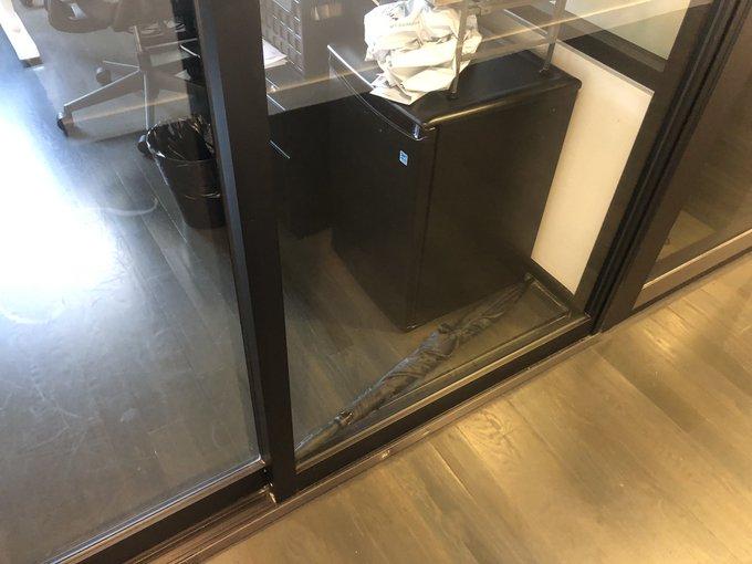 Ομπρέλα κλείνει την είσοδο γραφείου