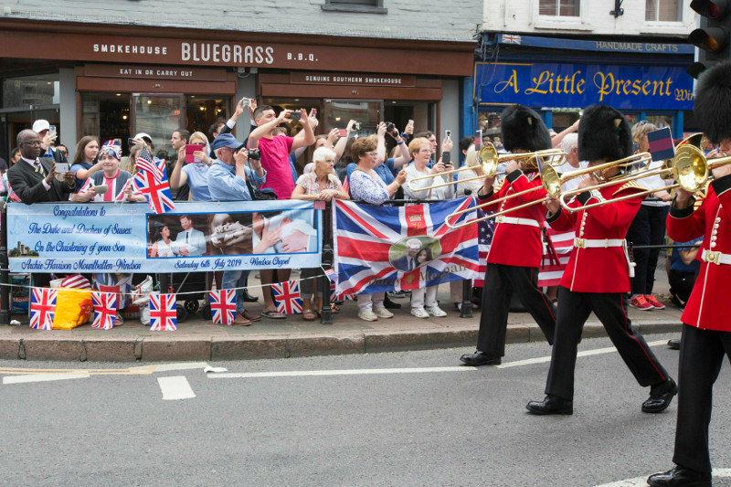 Οι Βρετανοί έξω από το παλάτι για τη βάφτιση του Άρτσι / Φωτογραφία: AP