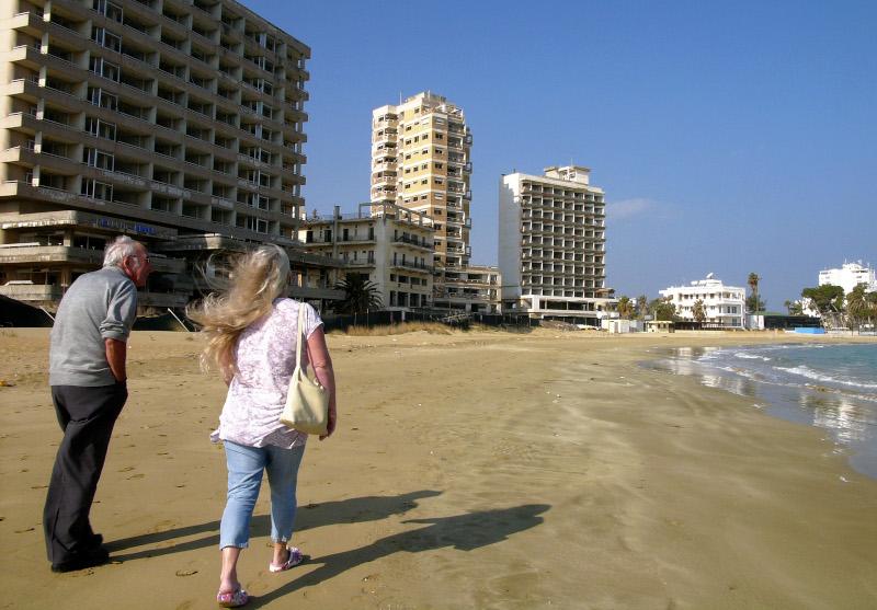 άνδρας και γυναίκα περπατούν σε παραλία στα Βσρώσια