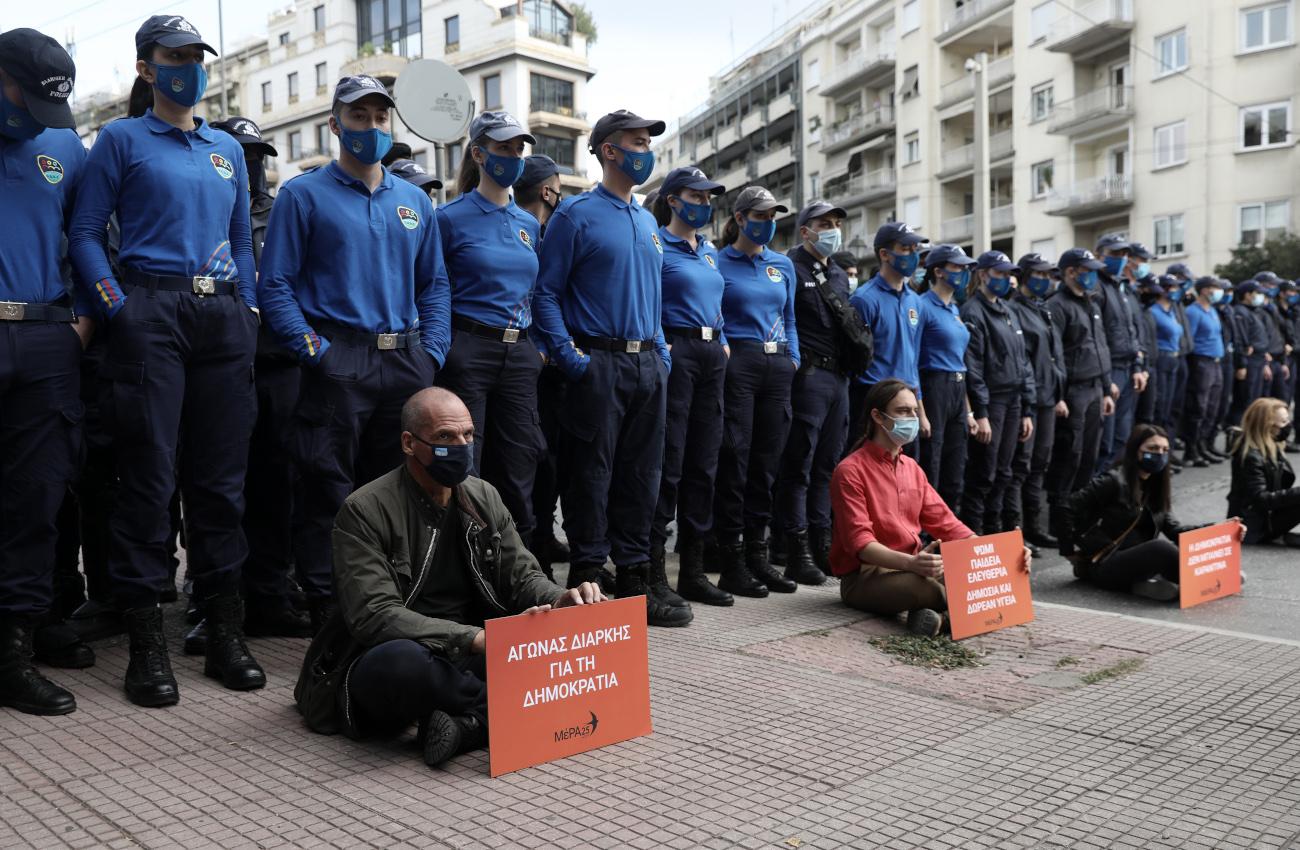Βαρουφάκης και μέλη του Μερα25 σε καθιστική διαμαρτυρία μπροστά από ένστολους