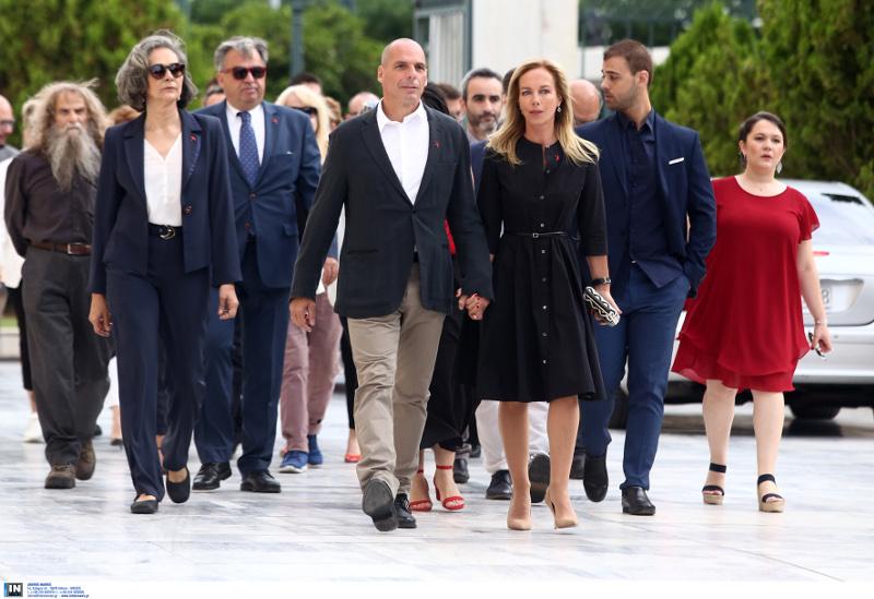 Γιάνης Βαρουφάκης και Δανάη Στράτου χέρι χέρι φτάνουν στη Βουλή