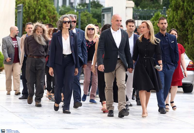 Με βήμα έφτασαν στη Βουλή οι βουλευτές του ΜέΡΑ25 με τον Γιάνη Βαρουφάκη να προπορεύεται