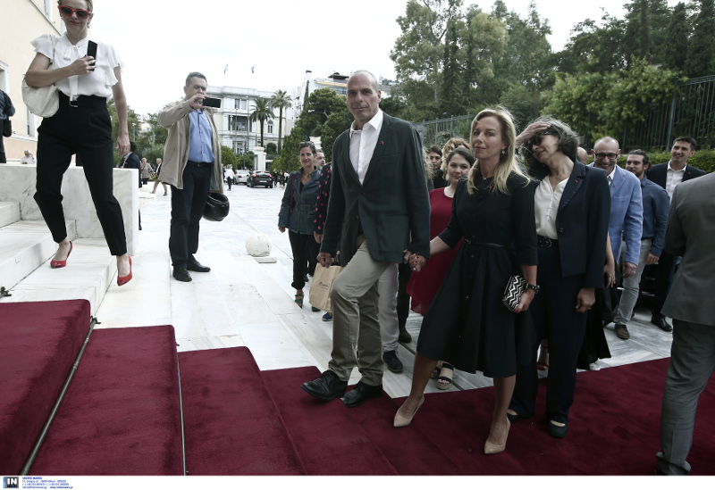 Ο Γιάνης Βαρουφάκης ανεβαίνει τα σκαλιά στη Βουλή και δεν σταματάει να κοιτάει το φωτογραφικό φακό