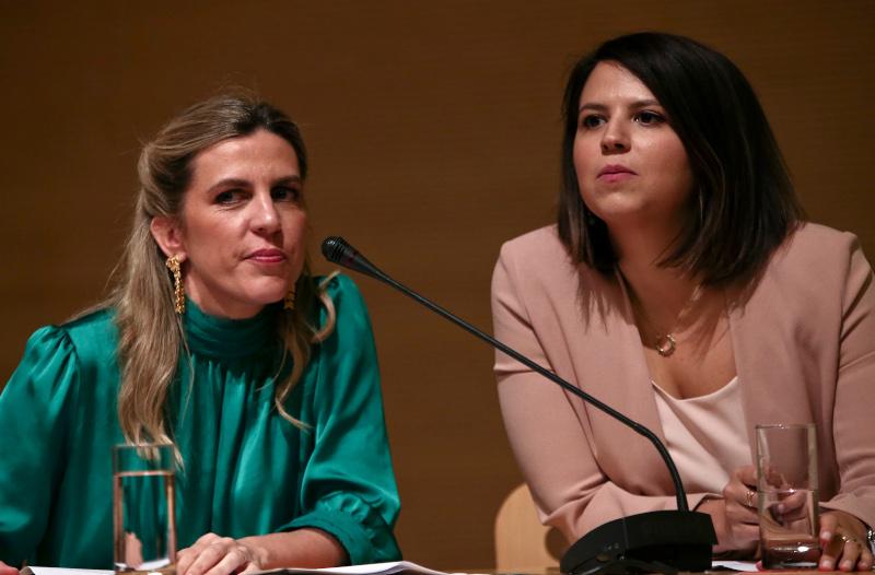 Ελένη Βαρβιτσιώτη (αριστερά) και Βικτώρια Δενδρινού (δεξιά) στην παρουσίαση του βιβλίου τους «Η  τελευταία μπλόφα»