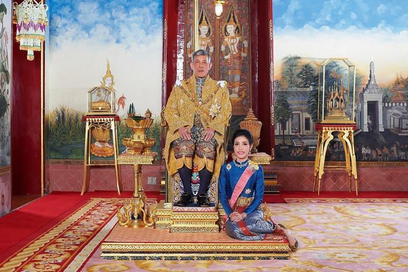 Ο βασιλιάς της Ταϊλάνδης και η ερωμένη του καθισμένη στο πάτωμα