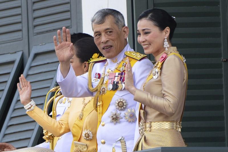 Ο βασιλιάς της Ταϊλάνδης και η βασίλισσα χαιρετάνε