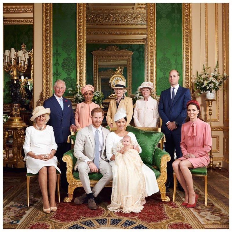 Η βασιλική οικογένεια ποζάρει μετά τη βάφτιση του Άρτσι