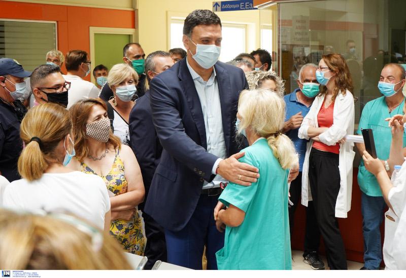 Ο Βασίλης Κικίλιας με μάσκα σε νοσοκομείο της Κρήτης