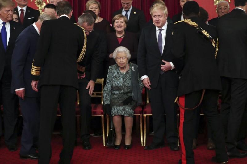 Η βασίλισσα Ελισάβετ κάθεται