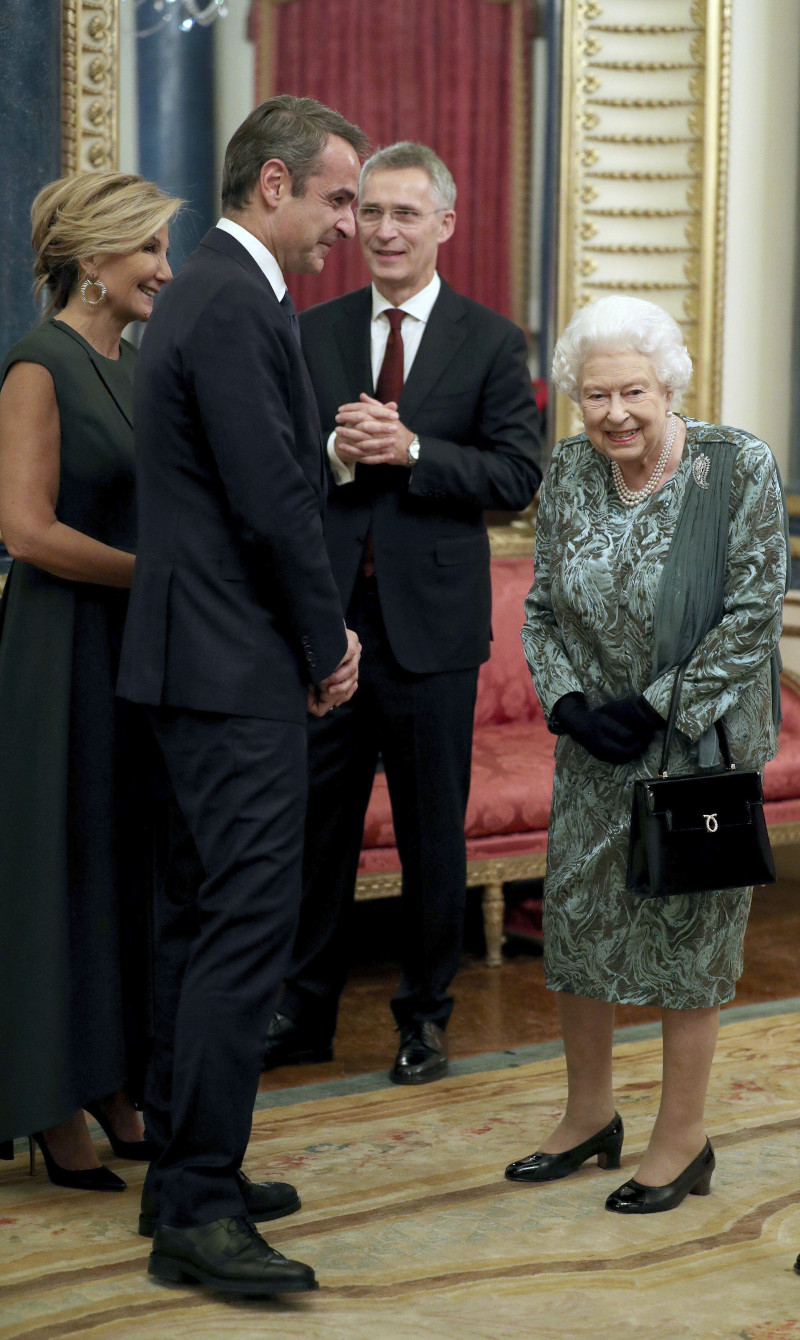 Η βασίλισσα Ελισάβετ, με τον Κυριάκο Μητσοτάκη και την σύζυγό του, Μαρέβα