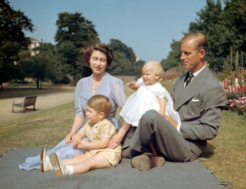 Η Ελισάβετ με τον σύζυγό της Φίλιππο και τα δυο τους παιδιά, Κάρολο και Άννα