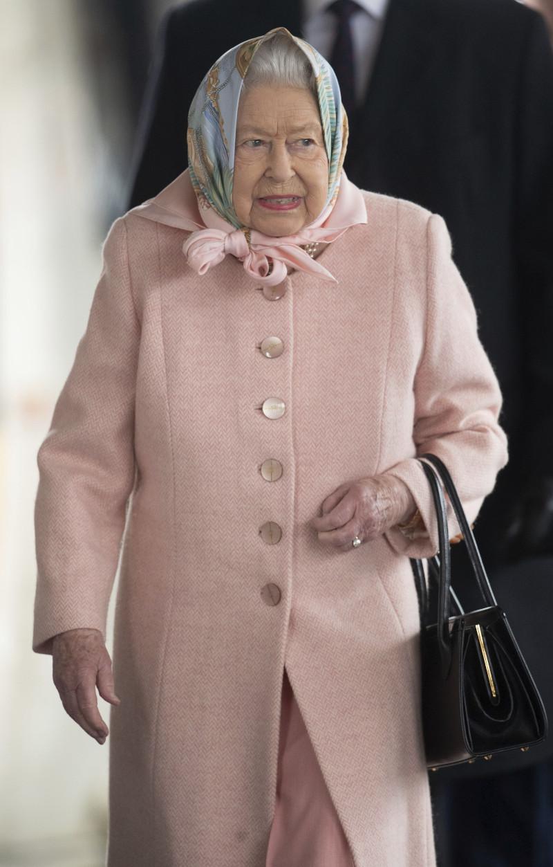 Η βασίλισσα Ελισάβετ με ροζ παλτό και μαύρα τσάντα