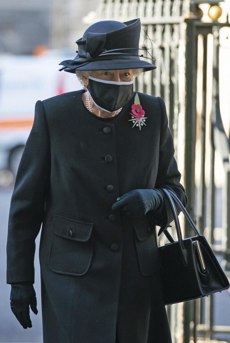 Η βασίλισσα Ελισάβετ με μαύρο σύνολο