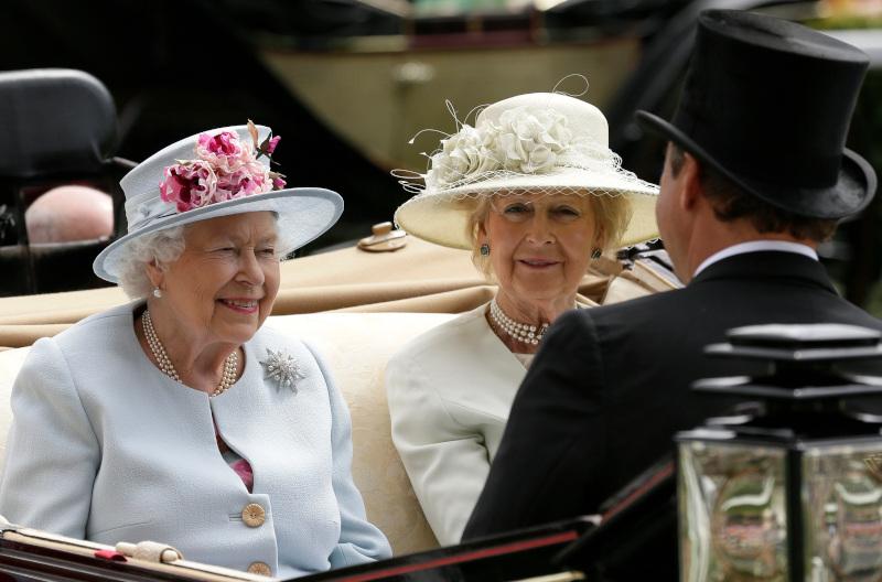 Η βασίλισσα Ελισάβετ με την ξαδέρφη της, πριγκίπισσα Αλεξάνδρα