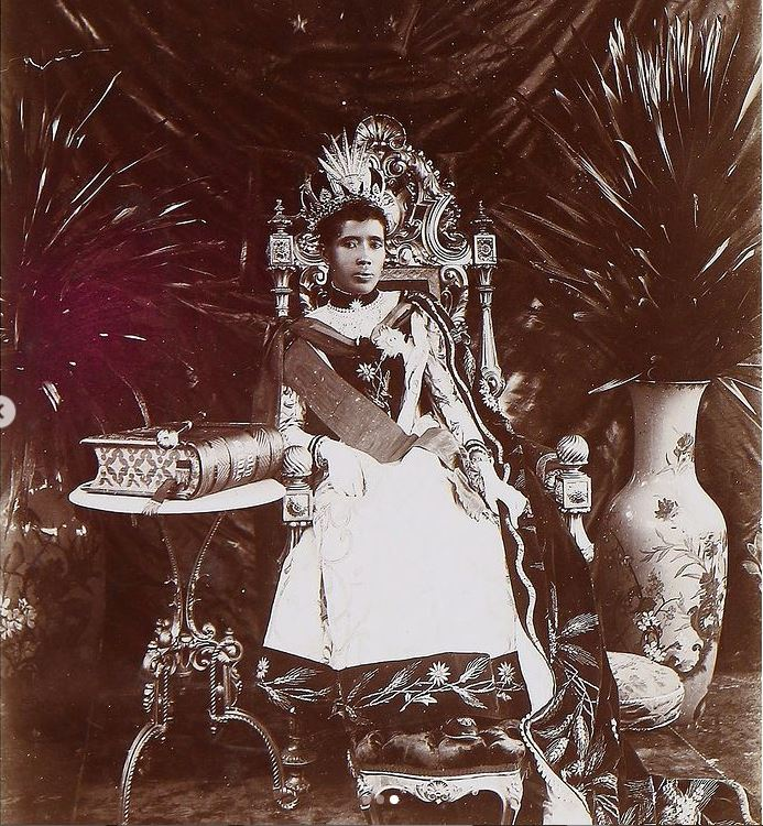 Η βασίλισσα Ranavalona ΙΙΙ κάθεται στον θρόνο της