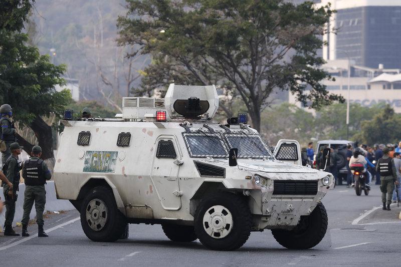 Και τεθωρακισμένα οχήματα στους δρόμους της Βενεζουέλας / Φωτογραφία: AP