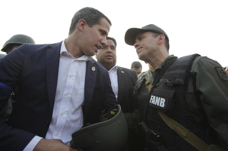 Ο Γκουαϊδό συνομιλεί με έναν πιστό σε εκείνον αξιωματικό, έξω από την αεροπορική βάση Καρλότα στο Καράκας