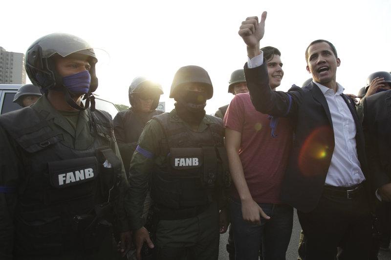 Ο Γκουαϊδό φωτογραφίζεται δίπλα σε στρατιώτες, έξω από την αεροπορική βάση Καρλότα στο Καράκας