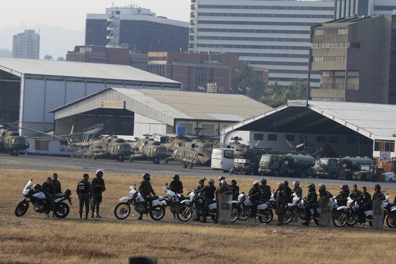 Πιστοί στο Μαδούρο στρατιώτες σε επιφυλακή μέσα στην αεροπορική βάση