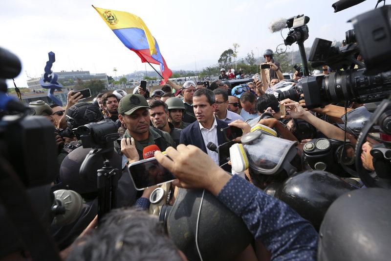 Ο Γκουαϊδό κάνει δηλώσεις στον Τύπο