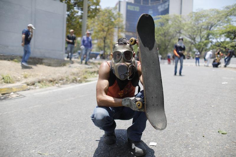 Μέχρι και... πατίνια λειτουργούν ως ασπίδα στις συγκρούσεις της Βενεζουέλας