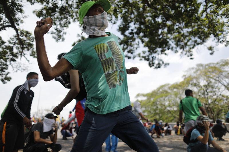 Υποστηρικτές του Γκουαϊδό πετούν πέτρες κατά της Μπολιβαριανής Εθνικής Φρουράς