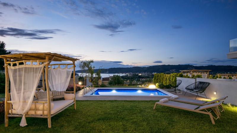 Απολαύστε το ποτό σας δίπλα στην πισίνα χαζεύοντας το ηλιοβασίλεμα