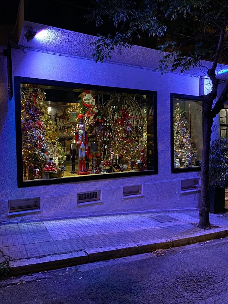 Η βιτρίνα στο κέντρο της Αθήνας με τα Χριστουγεννιάτικα