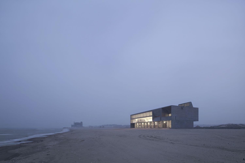 Η βιβλιοθήκη στέκει επιβλητική στην παραλία