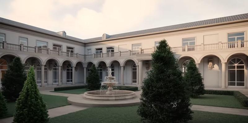 Ο εσωτερικός κήπος του παλατιού, θυμίζει περισσότερο ιταλικό παλάτσο