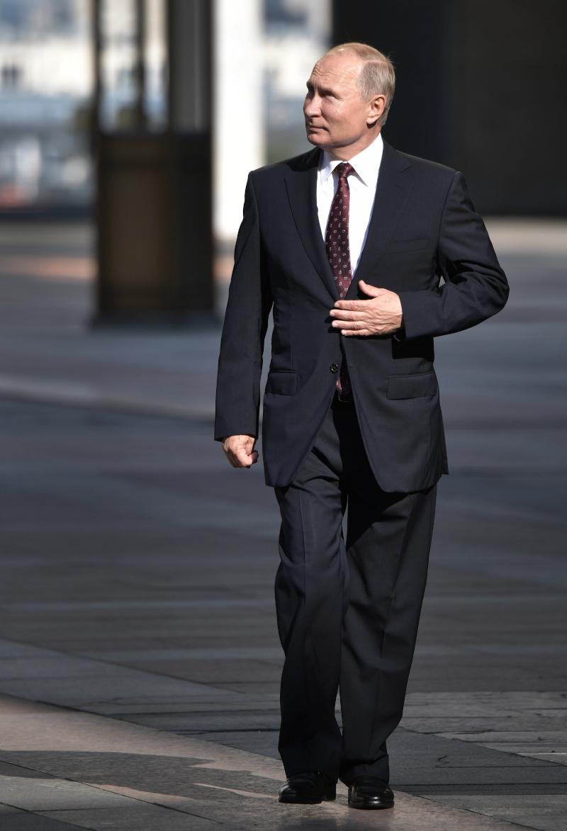 Ο Βλαντιμίρ Πούτιν περπατά