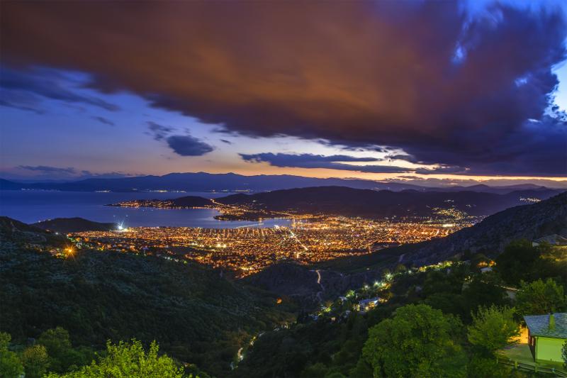 Η θέα του Βόλου, νύχτα, από ψηλά