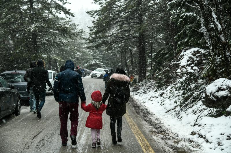 Γονείς πήραν τα παιδιά τους για μια βόλτα στη χιονισμένη Πάρνηθα