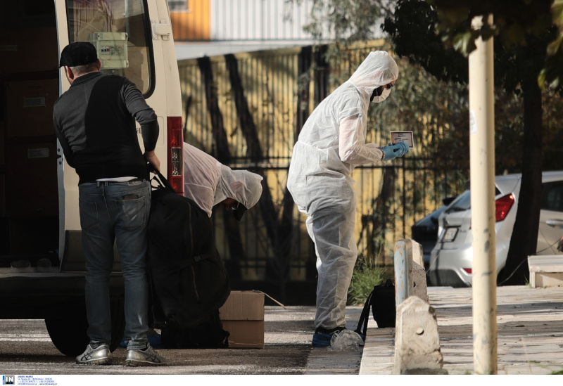 Ανδρας της Αντιτρομοκρατικής συλλέγει στοιχεία από τη βόμβα έξω από το ΑΤ Ζωγράφου