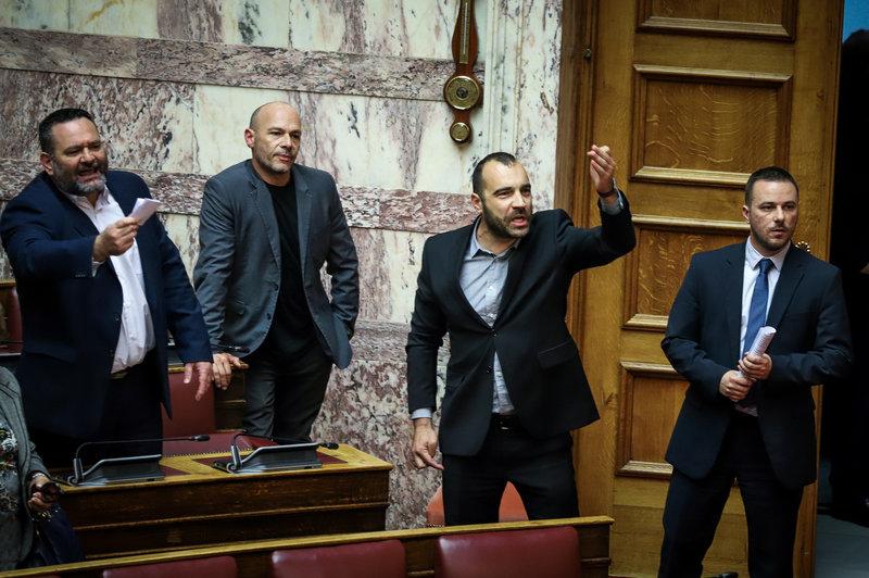 Βουλευτές της Χρυσής Αυγής φωνάζουν στην Ολομέλεια της Βουλής