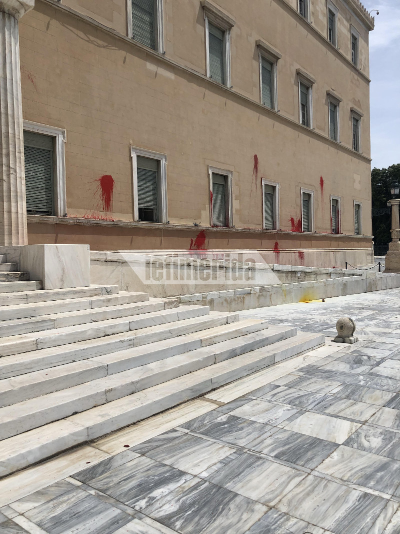 Αγνωστοι πέταξαν κόκκινες μπογιές στη Βουλή έξω από το γραφείο του Νίκου Βούτση