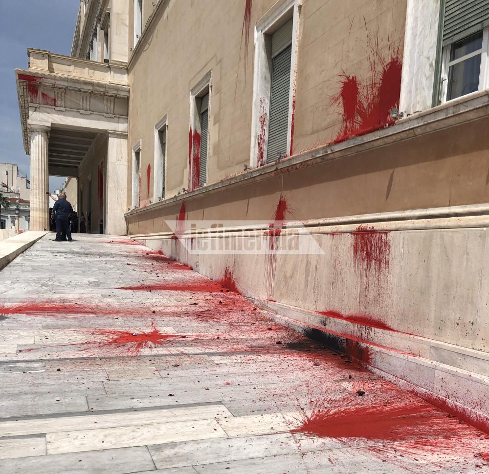 Τα μέλη του Ρουβίκωνα πέταξαν κόκκινες μπογιές στη Βουλή. Αποκαρδιωτικό το θέαμα.