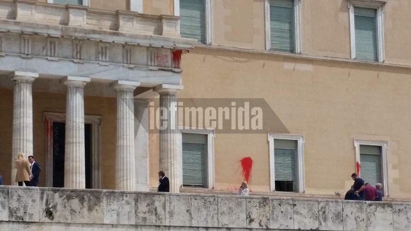 Κόκκινες μπογιές στον τοίχο της Βουλής