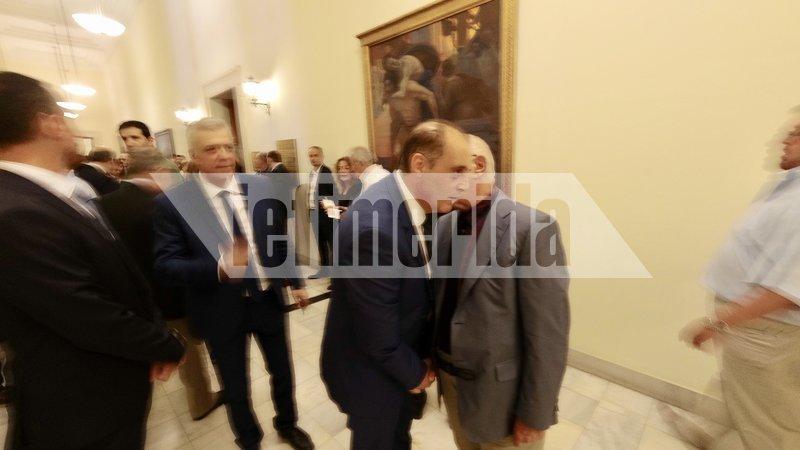 Ο Κυριάκος Βελόπουλος στους διαδρόμους της Βουλής