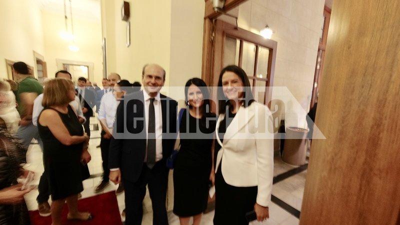 Ο Κωστής Χατηζδάκης με την σύζυγό του στη Βουλή