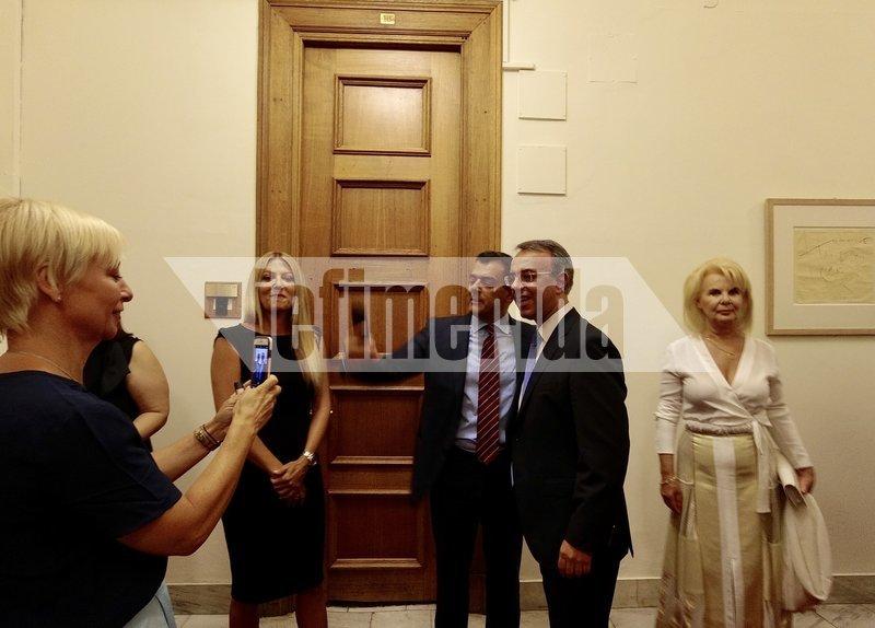Χρήστος Σταϊκούρας ποζάρει με υπαλλήλους