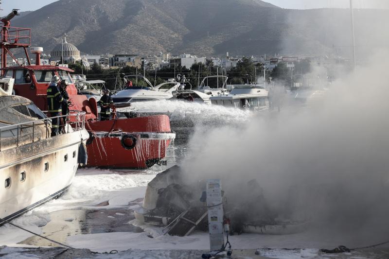 πυροσβεστικό πλοιάριο σβήνει φωτιά