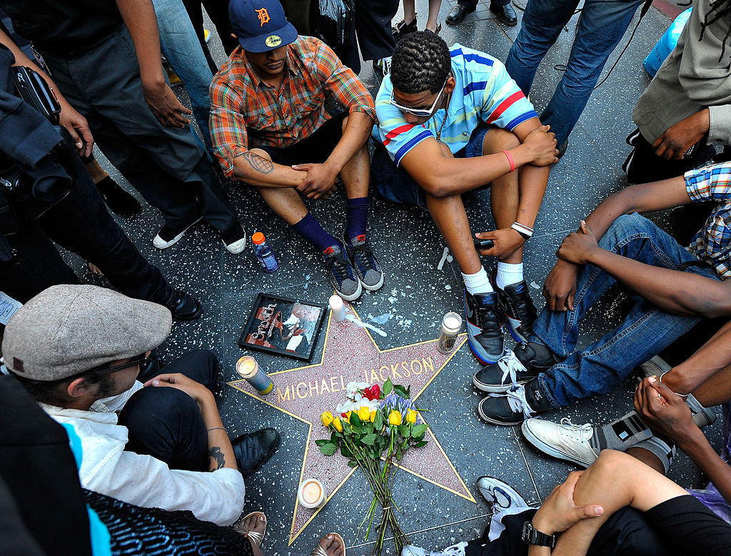 Λουλούδια και κεριά στο αστέρι του Μάικλ Τζάκσον στη λεωφόρο της Δόξας