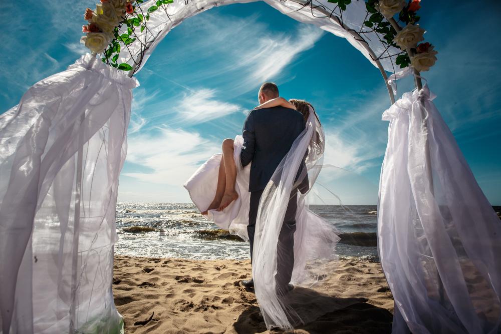 Ζευγάρι παντρεύεται στην παραλία