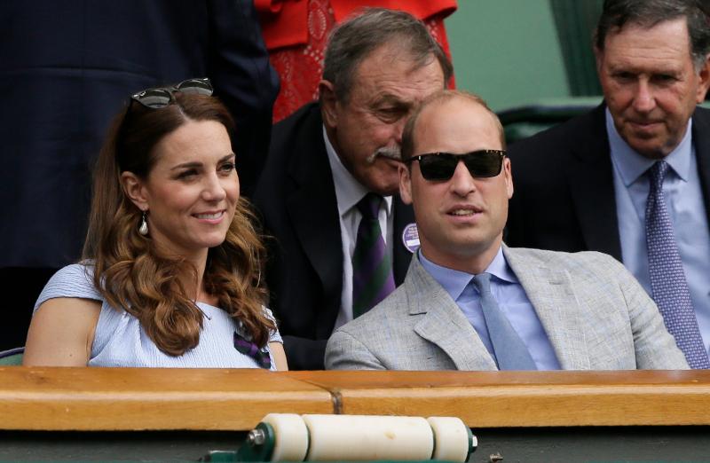 Αντίστοιχα, η Κέιτ Μίντλετον και ο πρίγκιπας Γουίλιαμ, είναι γνωστοί ως Δάφνη Κλαρκ και Ντάνι Κόλινς