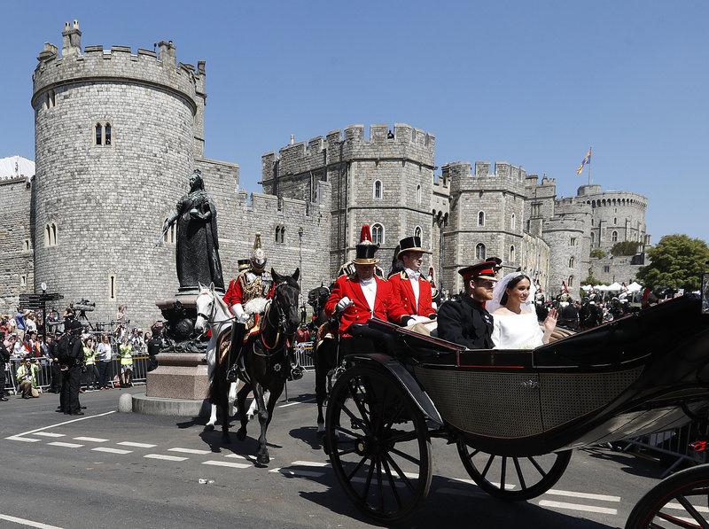 Οι νεόνυμφοι πρίγκιπας Χάρι και Μέγκαν Μρακλ αποχωρούν με άμαξα από το Κάστρο του Ουίνδσορ